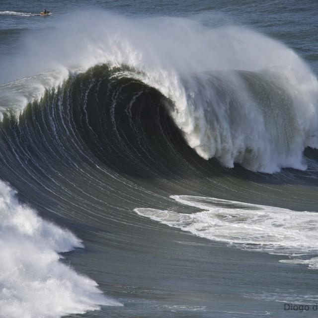 nazare-waves